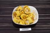 Шаг 3. Полить кукурузу маринадом и оставить в теплом месте на час, периодически