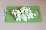Шаг 5. Нарезать яблоки кубиками.