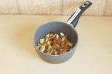 Шаг 6. Уложить в кастрюлю, добавить 1 ст.л. сахар, 1 с.л. кокосового масла и спе