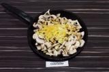 Шаг 4. В сковороду влить масло и соевый соус, выложить грибы и нарезанный перец.