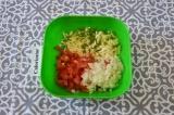 Шаг 1. Для начинки: помидоры и лук нарезать мелко, сыр натереть на терке, измель