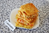 Готовое блюдо: пирог из лаваша с сыром и курицей