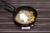 Шаг 7. Добавить рисовую лапшу к грибам и спарже, добавить сметану, перемешать