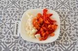 Шаг 2. Лук, перец и морковь очистить и нарезать кубиками или полосками.