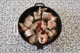 Шаг 4. На сковороде разогреть масло, обжарить хек, добавить томатную пасту.