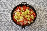 Шаг 5. Добавить все нарезанные овощи и томить на огне до готовности. В конце пос