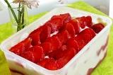Шаг 7. Украсить ягодами и оставить пропитаться.