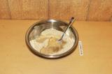 Шаг 4. К сухим ингредиентам добавить кокосовое масло и тщательно перемешать.