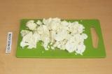 Шаг 1. Цветную капусту нарубить кусочками.