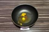 Шаг 4. В сковородку влить масло и добавить специи, нагревать минуту.