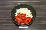 Шаг 5. Добавить томаты и адыгейский сыр. Тушить пять минут.