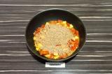 Шаг 6. Добавить полбу к томатам и сыру, перемешать и тушить 10 минут.